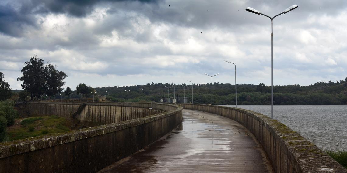 Caminho no coroamento da Barragem de Nisa