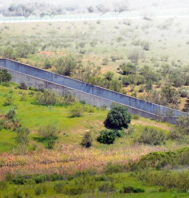 Canal de água em betão corta a paisagem