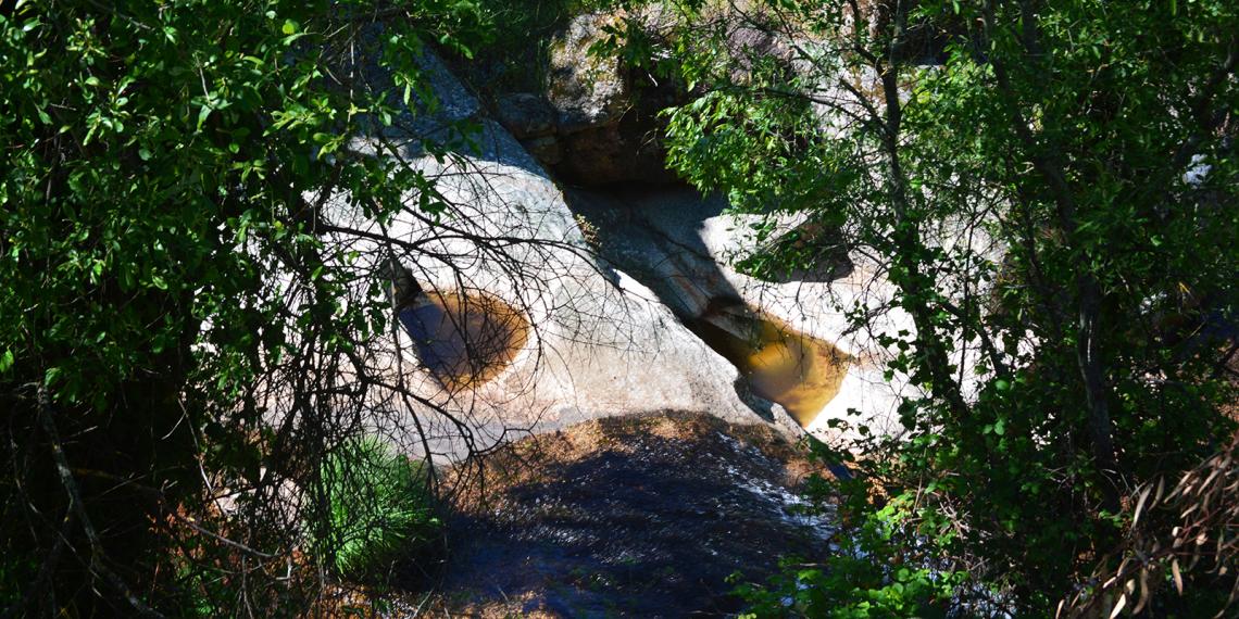 Covas com pequena queda de água