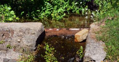 Pequena queda de água artificial