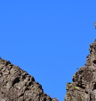 Azul do céu em V e entre rochas