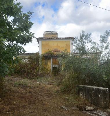 Em ruínas às portas do Açude do Poio